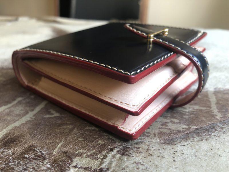 b35df1536d29 出来上がりはとても立派に出来上がりました。 記念に贈るのにはとてもふさわしいオーダーメイドのブライドルレザーの財布になりました。  きっと喜んで頂けるはずです。