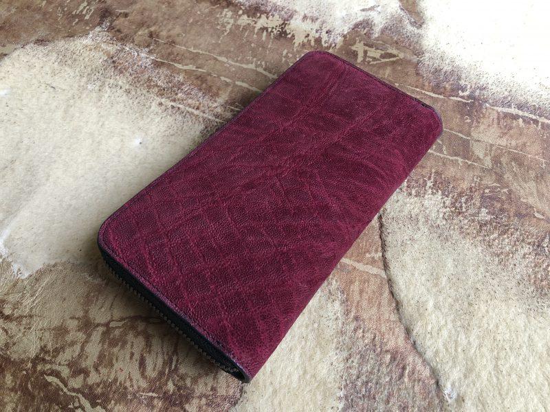 ワインレッドの象革ラウンドファスナー長財布