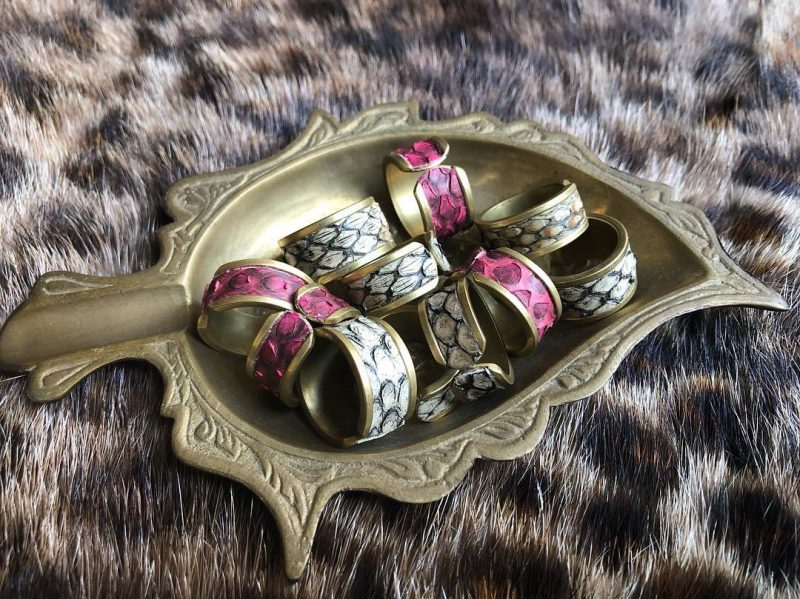 馬車道土産のパイソン指輪