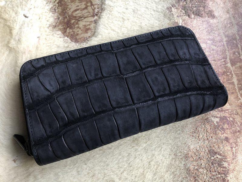 黒のマットクロコのラウンドファスナー長財布