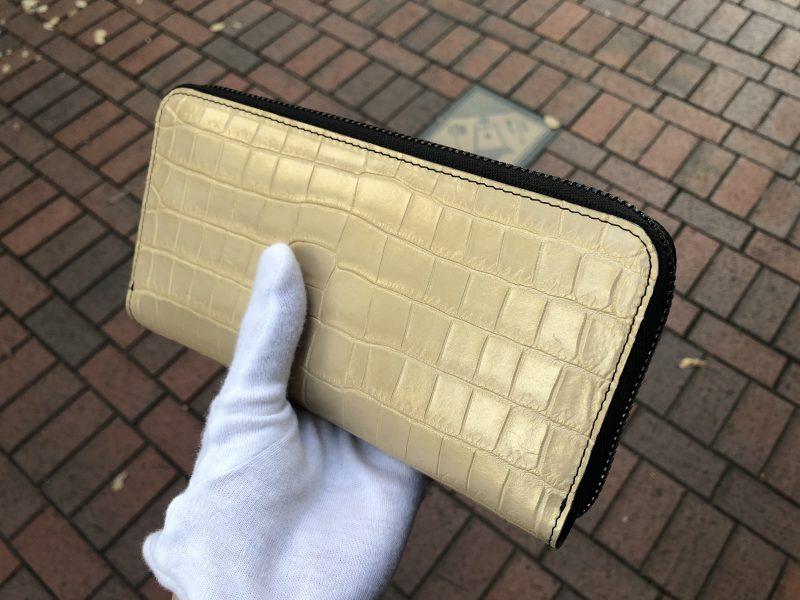ゴールドのナイルクロコラウンドファスナー長財布